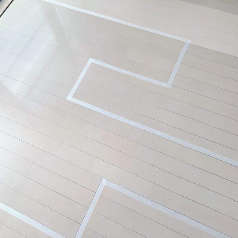 マスキングテープを貼った床