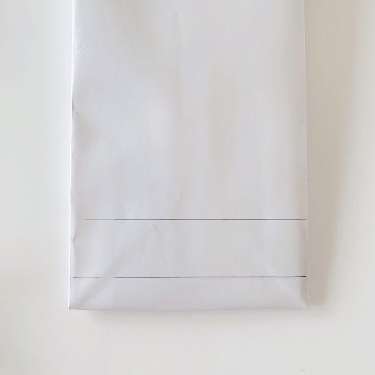 紙袋に取り出し口用の切り込み線を入れる
