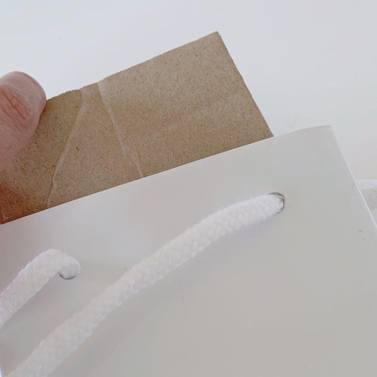 紙袋に台紙を差し込む