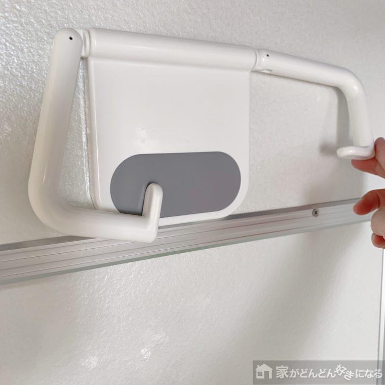 粘着テープで壁に設置