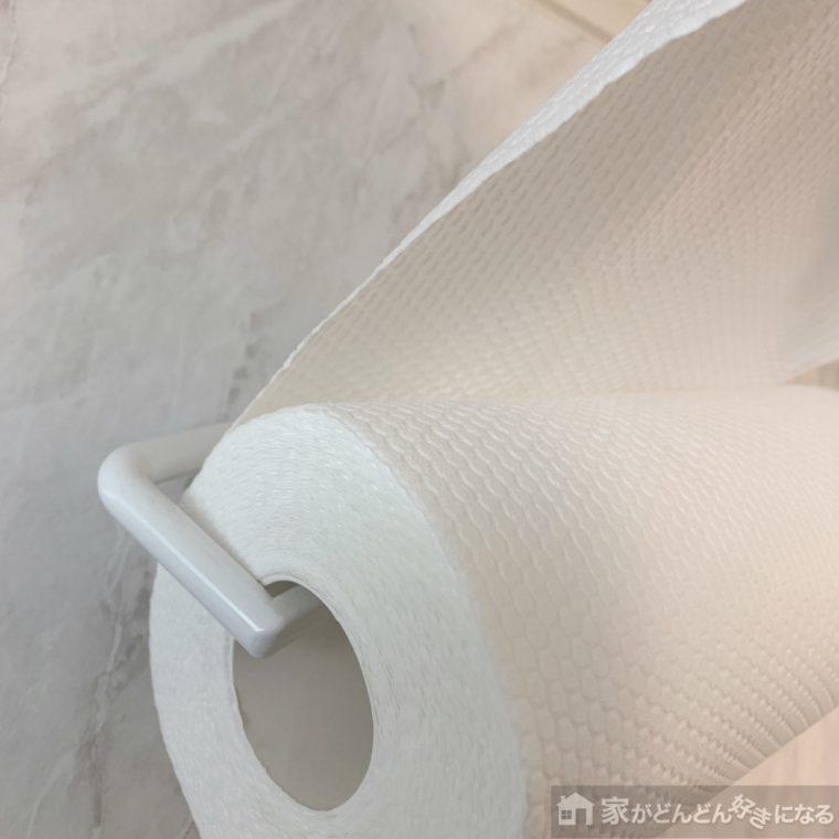 洗って使えるペーパータオルを引き出している