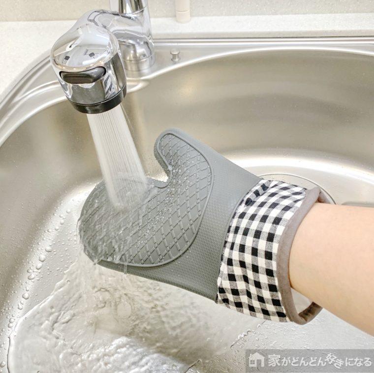 ミトンを洗っている